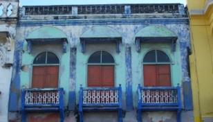 edificio ventanas azules