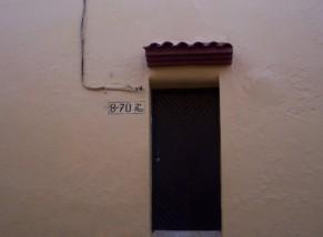 puerta en pared amarilla