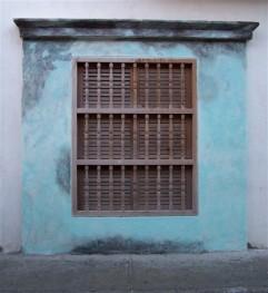 ventana en pared verdeazul