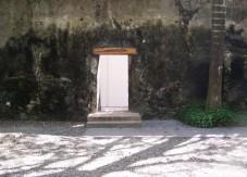 puerta en pared de piedra