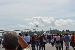 paracaidista con bandera de Colombia