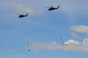 colgando de los helicopteros