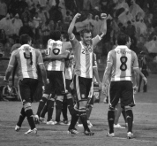 Argentina's captain, Pezzella, and his team celebrate their victory over Mexico (ARG-MEX)