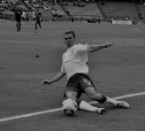 McManaman tries to keep the ball in play (ENG-DPR)