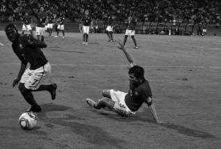 Kakuta tackles the ball from Cedric (FRA-POR)