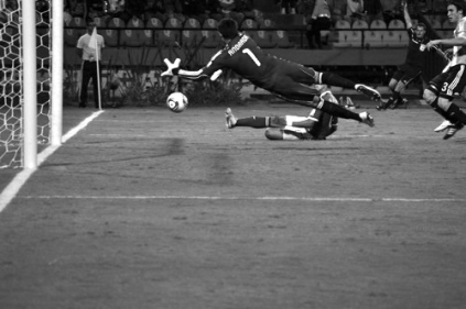 Andrada dives for the ball as it goes in after the official raised the off-side flag (ARG-MEX)