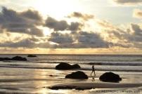 mujer en la playa al atardecer