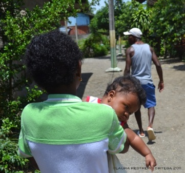 niña carga bebé en Termales