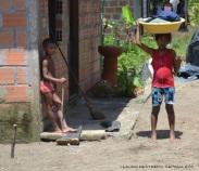 niños en el caserío de Termales
