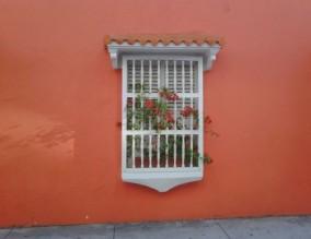 ventana en pared naranja fuerte