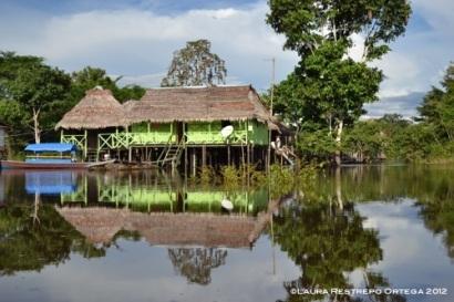 Sacambú se refleja en el río