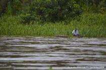 hombre en su canoa