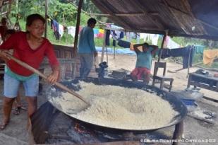 mujer cocinando la farinha