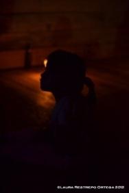 niña ticuna en la oscuridad