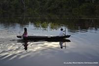 niña y niño en la canoa