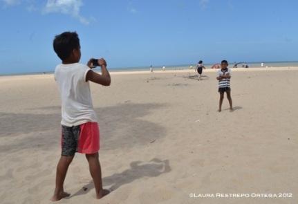 niños tomándose fotos en la playa