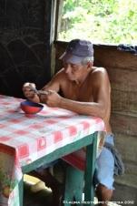 viejo jugando cartas