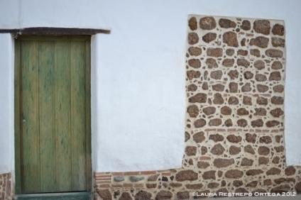 puerta verde y ladrillo