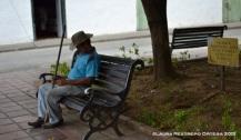 señor durmiendo en el parque