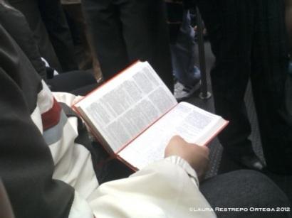 leyendo la biblia en el metro