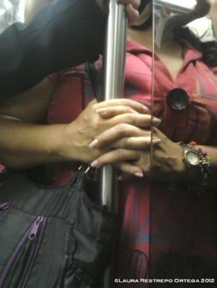 manos de mujer en el metro