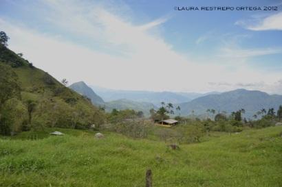 casa entre las montañas