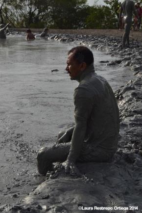 volcan de lodo - hombre sentado 1