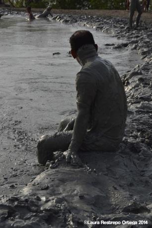 volcan de lodo - hombre sentado 2